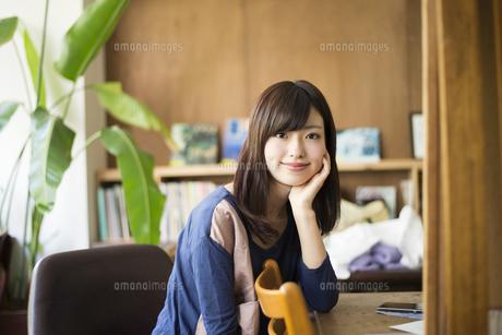 カフェでこちらを見ている女性の写真素材 [FYI01706111]