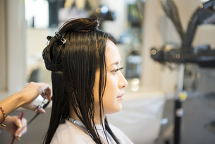 美容室で髪を切っている女性の写真素材 [FYI01706127]
