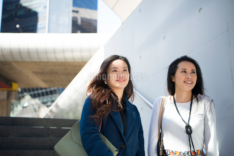 オフィス街にいる女性2人の写真素材 [FYI01706151]