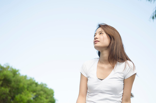 遠くを見ている女性の写真素材 [FYI01706155]