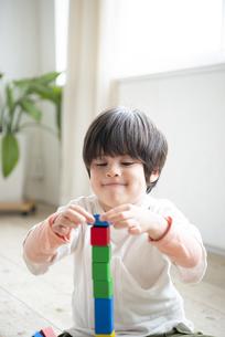 積み木で遊んでいる子供の写真素材 [FYI01706174]