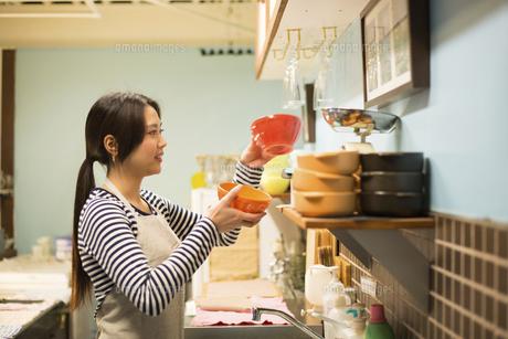 カフェで働いている女性の写真素材 [FYI01706179]