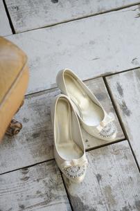 床に置いてある白いパンプスの写真素材 [FYI01706209]