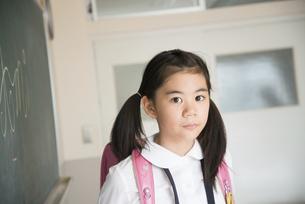 教室でランドセルを背負っている小学生の女の子の写真素材 [FYI01706223]