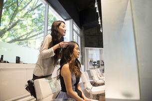 美容室でヘアセットをしている女性の写真素材 [FYI01706226]