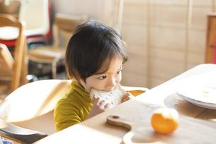朝食を食べている男の子の写真素材 [FYI01706233]