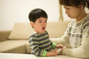 咳き込んでいる男の子と母親の写真素材 [FYI01706251]