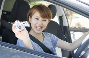 車の鍵を持っている女性の写真素材 [FYI01706258]