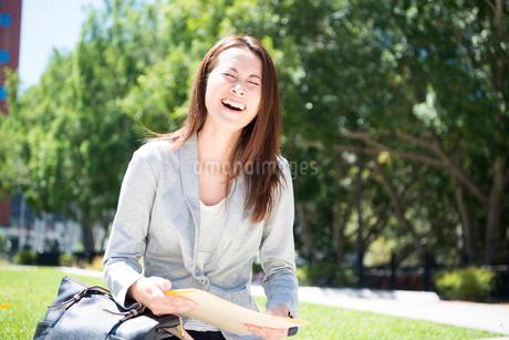 大笑いしている女性の写真素材 [FYI01706264]