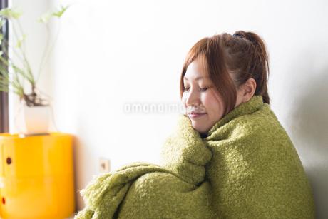 緑の毛布にくるまる女性の写真素材 [FYI01706279]