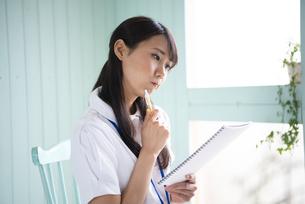 ノートを見て困っている働く女性の写真素材 [FYI01706296]
