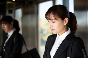 スーツを着てエレベーターに乗っている女性の写真素材 [FYI01706298]
