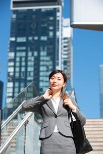 階段を下りているスーツ姿の女性の写真素材 [FYI01706304]