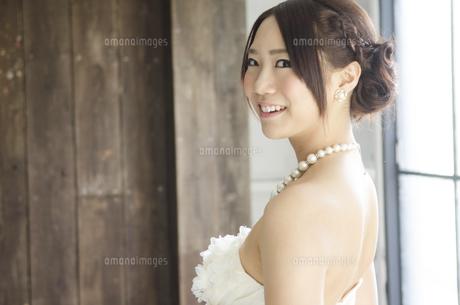 白いドレスを着て横を向く女性の写真素材 [FYI01706318]