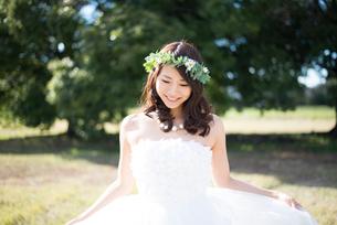 ドレスを広げているウェディングドレス姿の女性の写真素材 [FYI01706321]