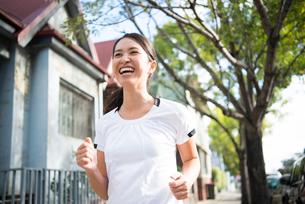走っている女性の写真素材 [FYI01706335]