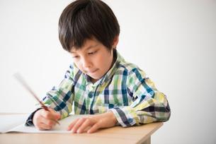 勉強をしている男の子の写真素材 [FYI01706340]