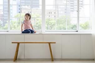 窓に座っている男の子の写真素材 [FYI01706347]