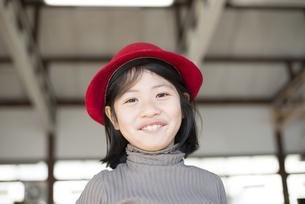 帽子を被っている女の子の写真素材 [FYI01706353]