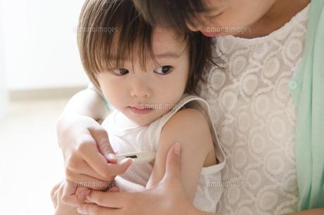 脇の下に体温計を挟む男の子の写真素材 [FYI01706373]