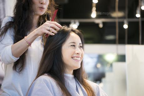 美容室で髪を切っている女性の写真素材 [FYI01706374]