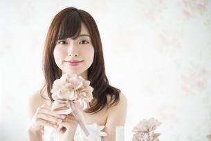 ウェディングドレスを着て花を持っている女性の写真素材 [FYI01706384]