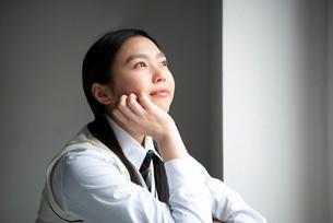 遠くを見ている女子高生の写真素材 [FYI01706408]