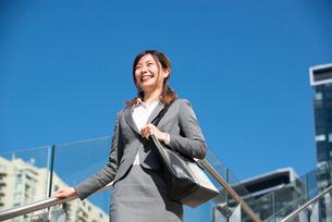 階段を下りているスーツ姿の女性の写真素材 [FYI01706418]