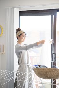 洗濯物を干している女性の写真素材 [FYI01706448]