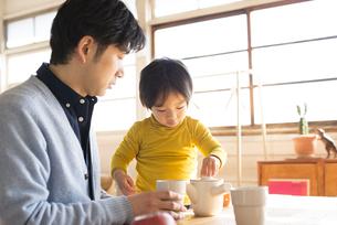 食卓にいる男の子とお父さんの写真素材 [FYI01706468]