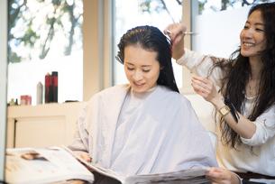 美容室でカウンセリングを受けている女性の写真素材 [FYI01706482]