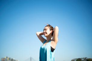 エクササイズ中に髪を結んでいる女性の写真素材 [FYI01706507]