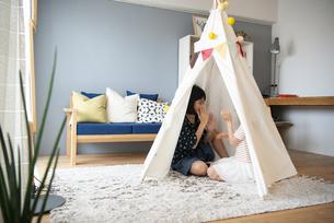 テントで遊んでいる家族の写真素材 [FYI01706513]