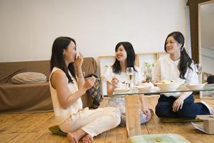 部屋の中でおしゃべりをしている女性達の写真素材 [FYI01706519]