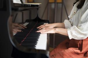 ピアノを弾いている女性の手元の写真素材 [FYI01706534]