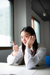 親指を立てている女子高生の写真素材 [FYI01706536]