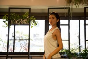ヨガスタジオにいる女性インストラクターの写真素材 [FYI01706537]
