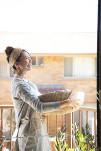 洗濯物の入ったかごを持っている女性の写真素材 [FYI01706548]