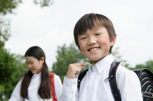 ランドセルを背負って笑う子供たちの写真素材 [FYI01706563]