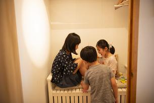 クローゼットの中で遊んでいる子供たちの写真素材 [FYI01706566]