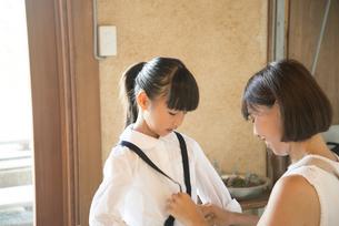 着替えをしている女の子と母親の写真素材 [FYI01706581]