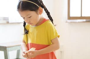 絆創膏を持っている女の子の写真素材 [FYI01706583]