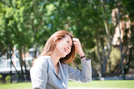 外で笑っている女性の写真素材 [FYI01706587]