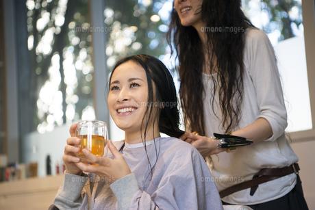 美容室でお茶を飲んでいる女性の写真素材 [FYI01706601]