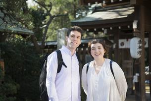 神社にいる外国人観光客の写真素材 [FYI01706627]