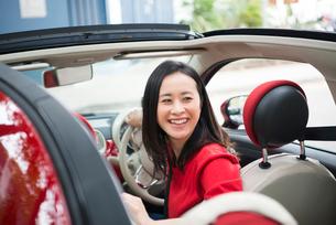 車を運転している女性の写真素材 [FYI01706633]