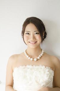 白いドレスを着た女性の写真素材 [FYI01706648]