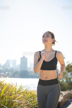 ウォーキングをしている女性の写真素材 [FYI01706662]