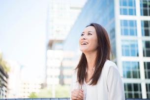オフィス街にいる笑顔の女性の写真素材 [FYI01706666]