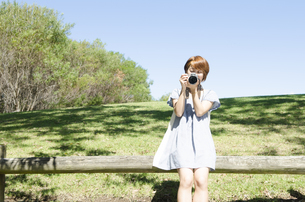 カメラを持っている女性の写真素材 [FYI01706687]